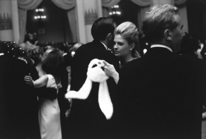 candice-bergen-holding-her-white-bunny-mask-at-truman-capote_s-epic-1966-black-and-white-ball-e28094-image-by-c2a9-elliott-erwitt